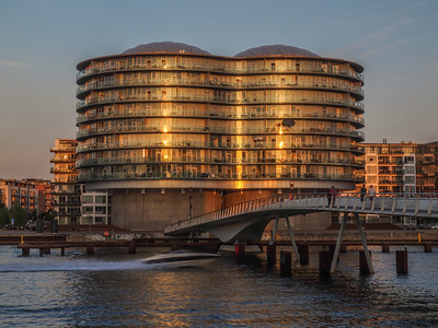 Old industrial silos transformed into modern luxury appartments. The Brigde is a pedestrian and bicycles only and connects Kalvebod Brygge and Islands Brygge in Copenhagen. Photo: Martin Bager