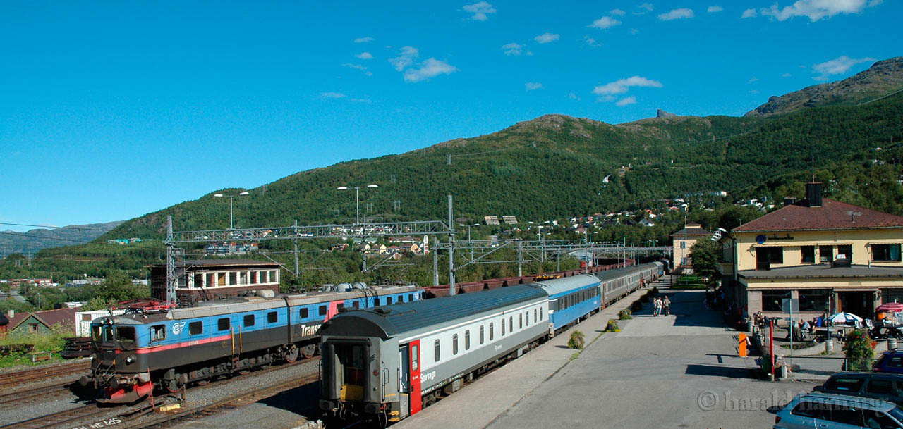 "LKAB Dm3 and  passenger train Narvik C, 2007-07-06 by Harald Harnang,  <a href=""http://www.infoto.no"">http://www.infoto.no</a>"