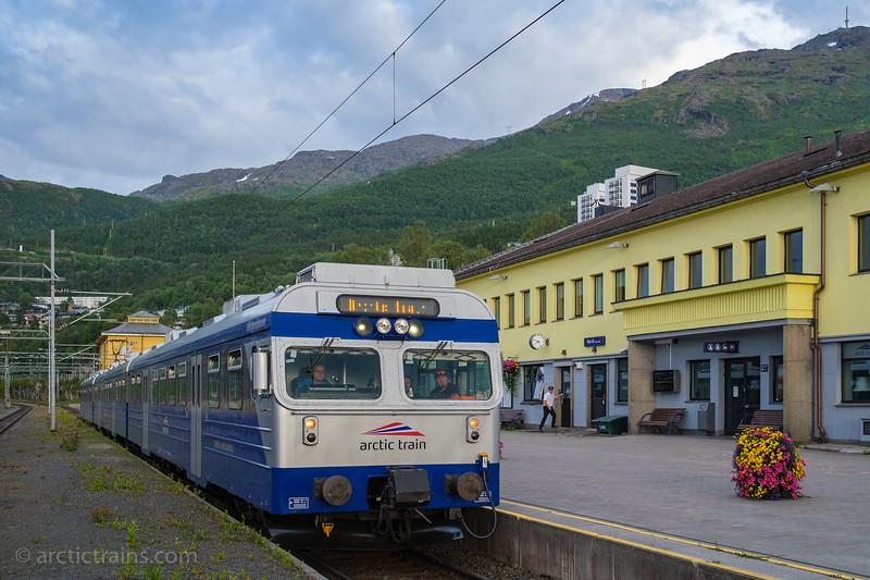 """Arctic Train Bm 69 Victoriahavn in tourist service 3456 at Narvik C 2020-08-03 19:4769 """"Viktoriahavn"""" in tourist service 3456 at Narvik C 2020-08-03 19:47 (Photo: Terje Storjord)"""