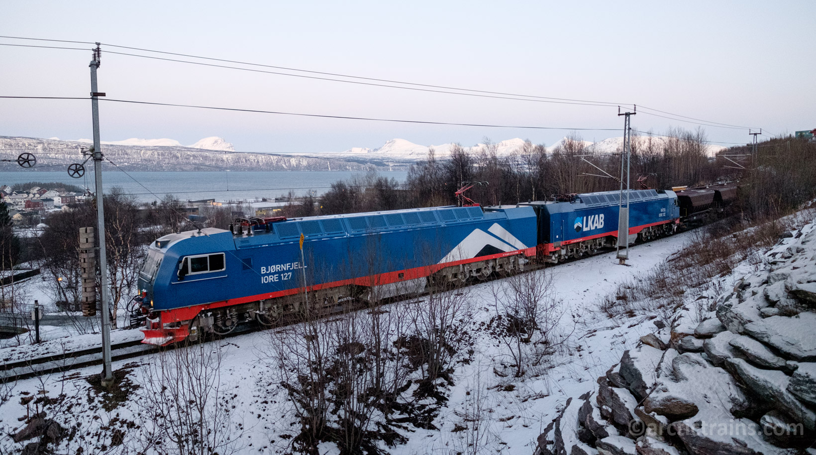 LKAB IORE 127 Bjørnfjell +122 Råtsi and  loaded F050s in service 9908 arrive at Narvik C ,  2016-13-01 10:28  (Photo: Terje Storjord)