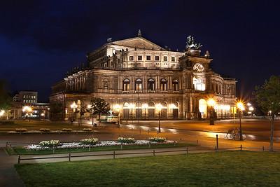 Semperoper zur blauen Stunde, historische Altstadt von Dresden, Sachsen, Deutschland