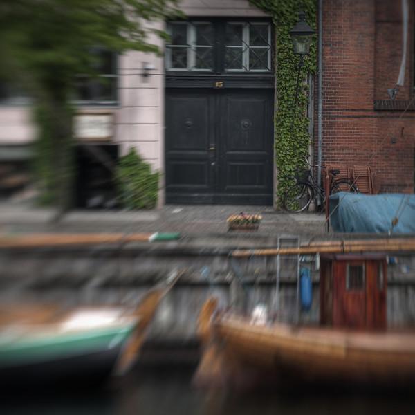 No 15.<br /> Overgaden Neden Vandet, Christianshavn, København, Danmark.<br /> Fotograferet med en Lensbaby.