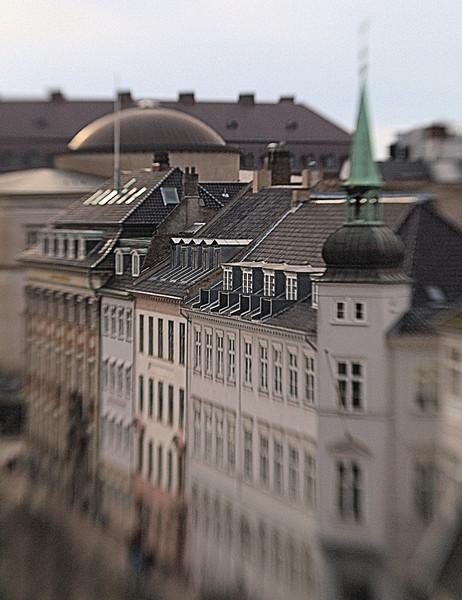 Model Spire.<br /> Facade på Højbro Plads set fra Illum.<br /> Fotograferet med en Lens Baby.