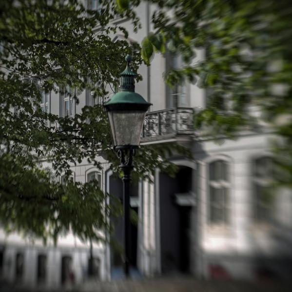 Green Lamp.<br /> Frederiks Holms Kanal, København, Danmark.<br /> Fotograferet med en Lensbaby.
