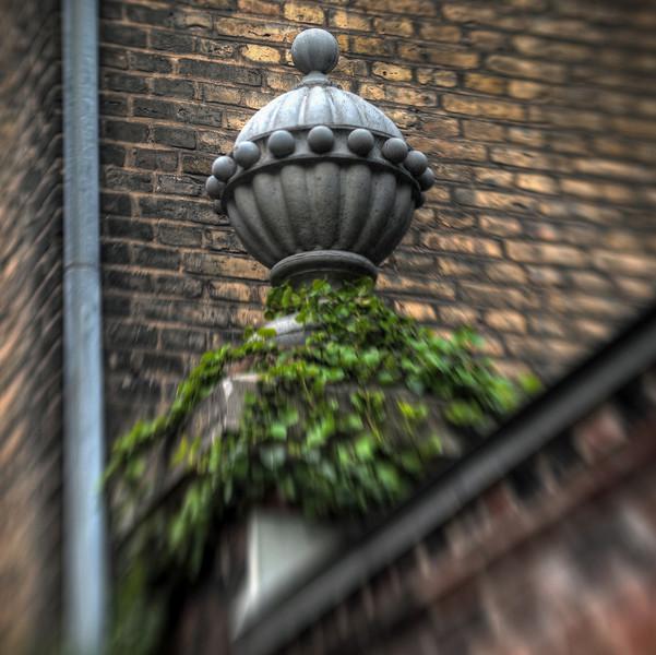 Urn.<br /> Urne på muren ind til Akademiets have set fra Heibergsgade, København, Danmark.
