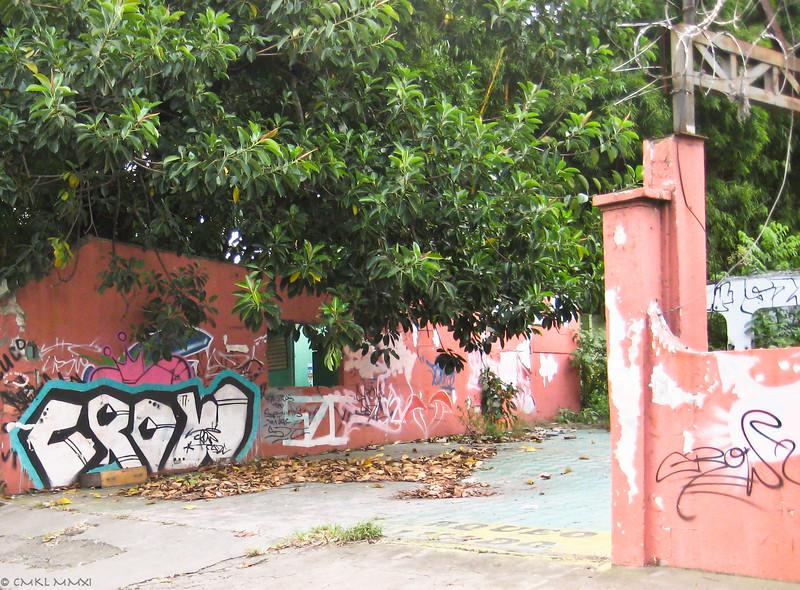 Cruising through Belén, coming by a graffiti training ground.