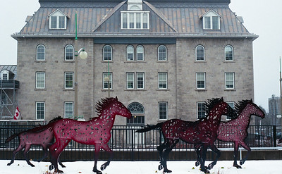 Running Horses by Joe Fafard https://www.gallery.ca/whats-on/exhibitions-and-galleries/running-horses-by-joe-fafard – à Musée des beaux-arts du Canada.
