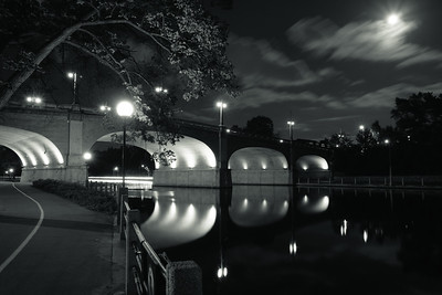 Pont Bank sur le canal Rideau au clair de lune. Bank Canal Bridge in the moonlight.