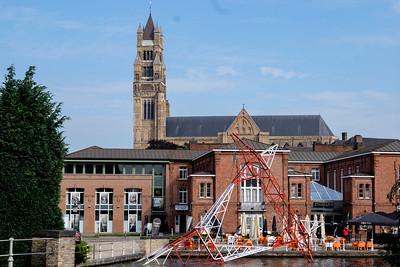St Salvators Kathedraal met Sint-jan's hospitaal op de voorgrond