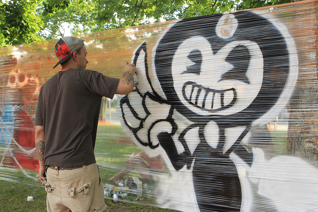 . Greg Boggs paints away at Civic Day SENTINEL&ENTERPRISE/Scott LaPrade