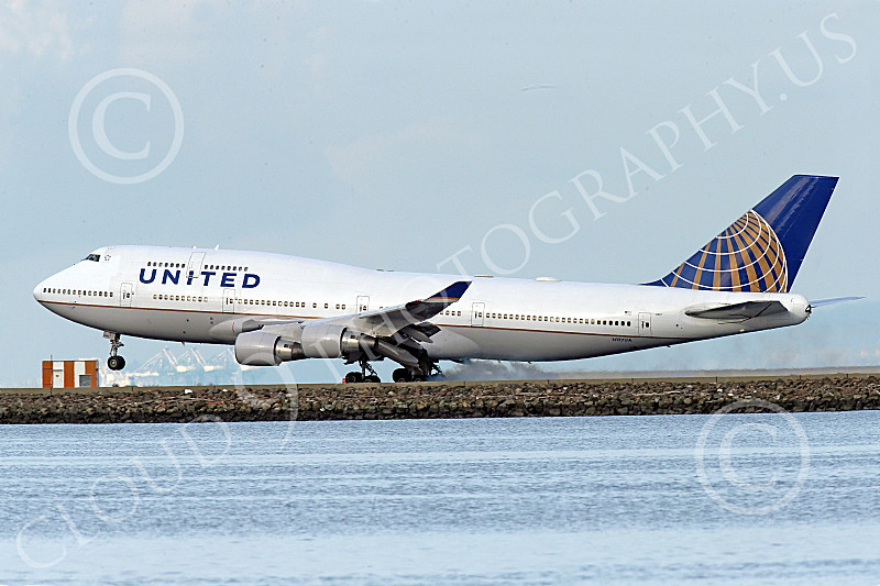 B747 01569 A Boeing 747 United Airline lands at SFO 12-2014 and its tires smoke airliner picture by Peter J Mancus