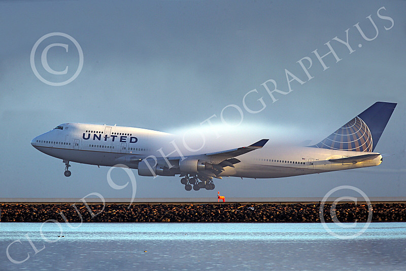 B747 01528 A Boeing 747 United Airline landing at SFO with moist air vapor airliner picture by Peter J Mancus