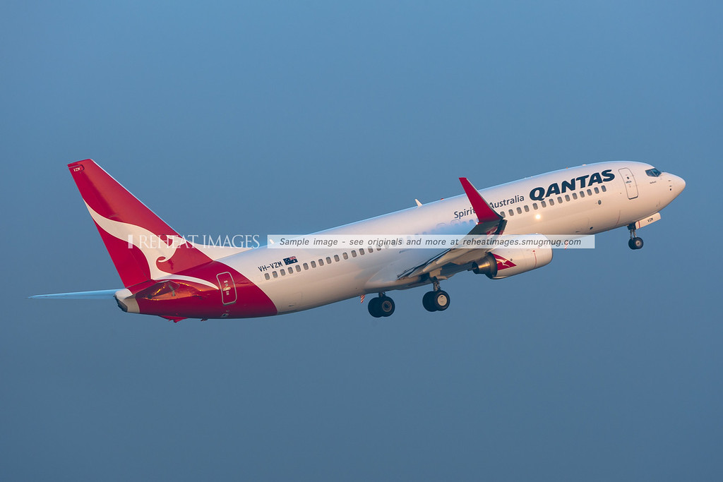 Heavy fog in Sydney. A Qantas B737-800 takes off into the fog. Condensation forms above the wings.