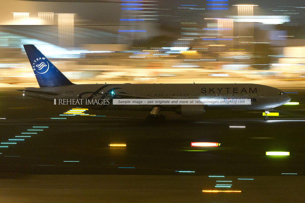 Korean Air Boeing 777 HL7733 departs Sydney at night, headed for Seoul. This plane wears the colour scheme of Skyteam alliance, rather than Korean Air's traditional light blue.