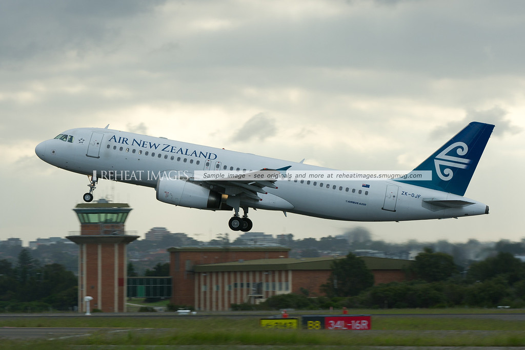 Air New Zealand Airbus A320 leaves Sydney.
