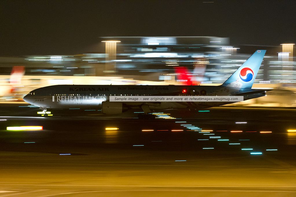 "Korean Air Boeing 777 HL7752 in ""New Horizons of Korea"" colour scheme leaves Sydney airport at night."