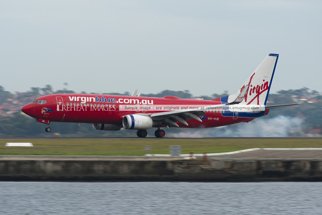 Virgin Blue B737-800 lands at Sydney airport, touching down with a large amount of smoke from the tyres.