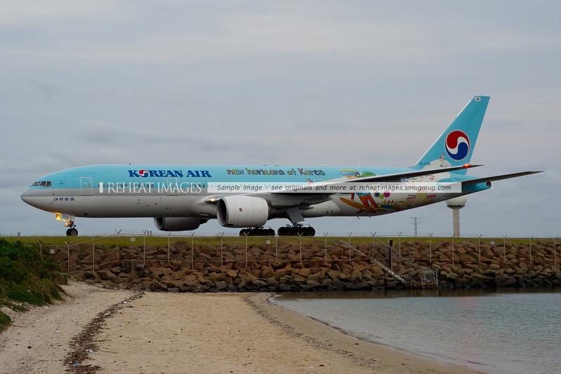 "Korean Air Boeing 777 arrives in Sydney wearing ""New Horizons of Korea"" colours."