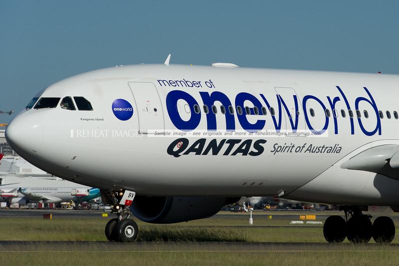 """Qantas Airbus A330-200 VH-EBV """"oneworld"""""""