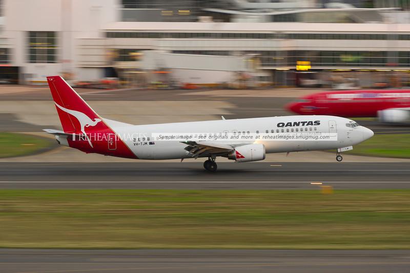 A Qantas B737-476 lands at Sydney airport.
