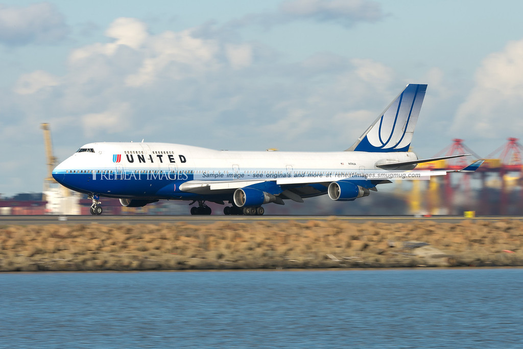 United Airlines B747-422 takes off from Sydney airport.