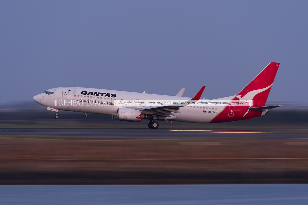 Qantas B737-800 takeoff from Sydney airport with low shutter speed panning