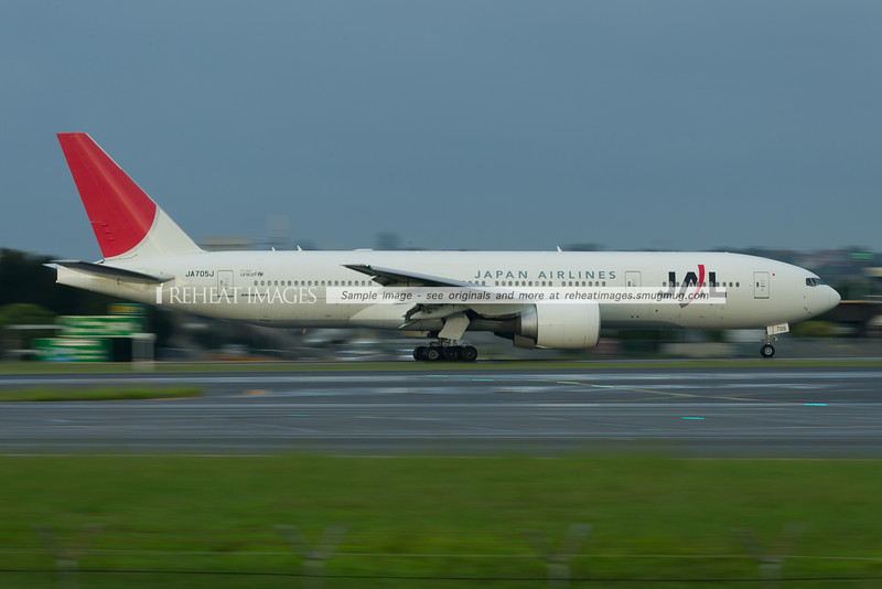 Japan Airlines B777-200/ER at Sydney airport. It is taxiing slowly, however 1/5sec shutter speed makes it seem to be going faster.