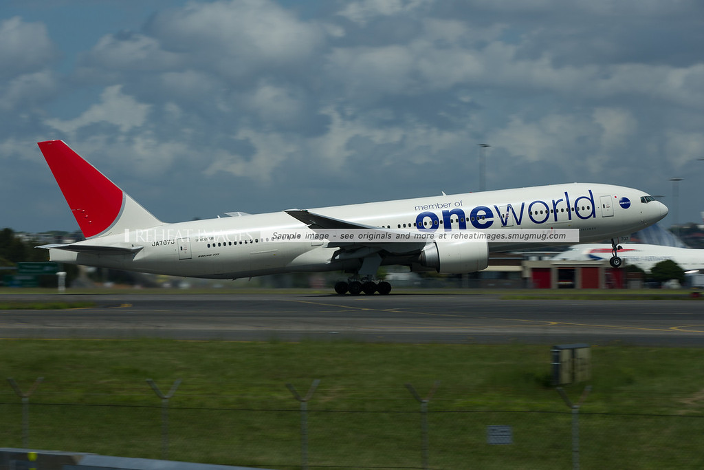 JA707J, Japan Airlines B777 in the OneWorld alliance colour scheme departs Sydney.