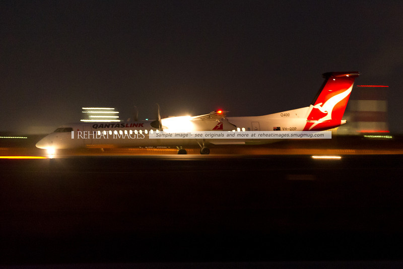 A QantasLink Dash-8 Q400 has arrived at Sydney airport under the cover of darkness. A slow shutter speed and very high ISO sensitivity make it possible to see the plane.