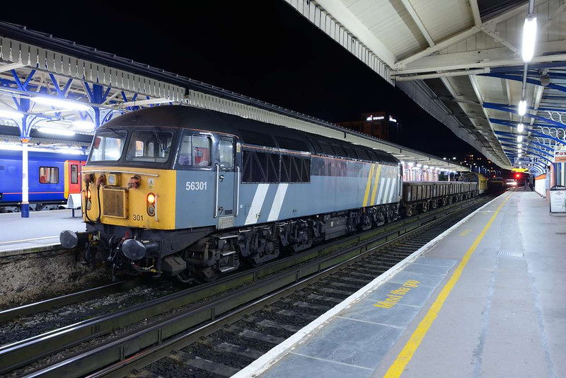 21 May 2014 :: 56301 (56045) now without the Fastline name stands at Basingstoke while working 6X42 from Eastleigh to Winchester (via Basingstoke to gain access to the Down line) with the Railvac