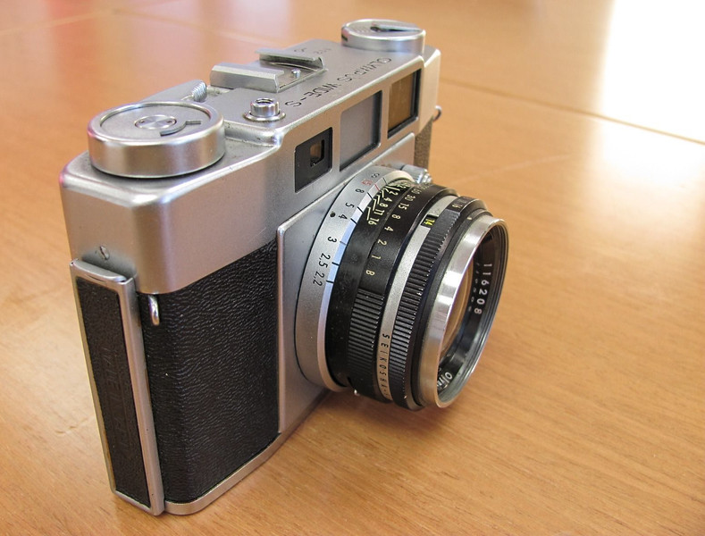 Produced in 1957 and 1958, the Wide S's claim to fame is it's fast wide angle lens.  Most fixed lens cameras came with a focal length between 40-55mm, while the Olympus came with a 35mm lens (and a maximum aperture of f/2.0!).  Since 35mm has long been my favorite focal length I was excited to put a roll of film through it.