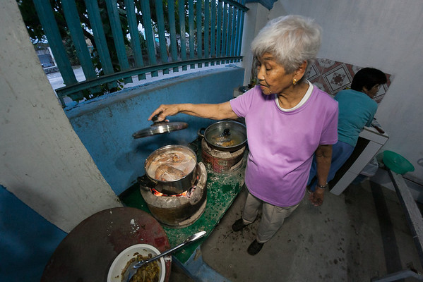 Nanay making sinigang with gigantic freshwater shrimp