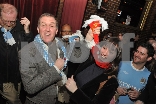 Gary Cook, Manchester City CEO jokes with Manchester native and United supporter Lyndsey Dore at The Mad Hater Saloon in New York. Thursday January 21, 2010.<br /> Photo: Hames Higgins