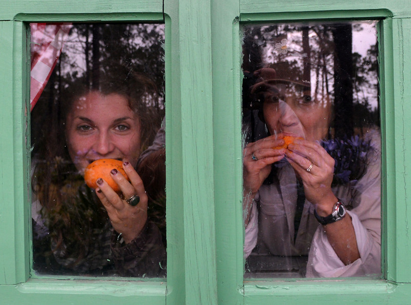 Holly and Lisa enjoying mangoes at Villa Pajon