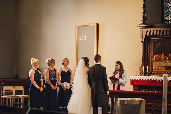 Pyhän Laurin kirkko Vantaa dokumentaarinen hääkuvaus-22