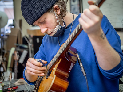 030621_6586_Ian Peters - Luthier