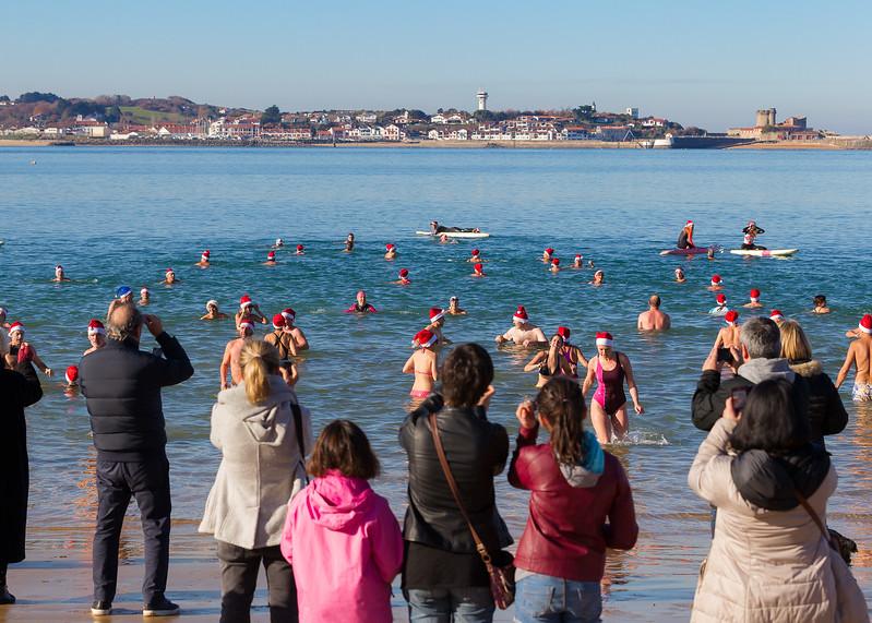Traditionnel bain de Noël organisé par la ville de Saint-Jean-de-Luz à la veille du jour de Noël sur la Grande Plage à l'antenne animation.