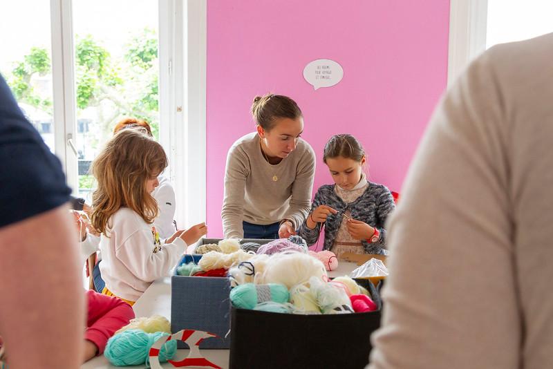 Atelier tricot-thé confection de pompoms à la médiathèque de Saint-Jean-de-Luz