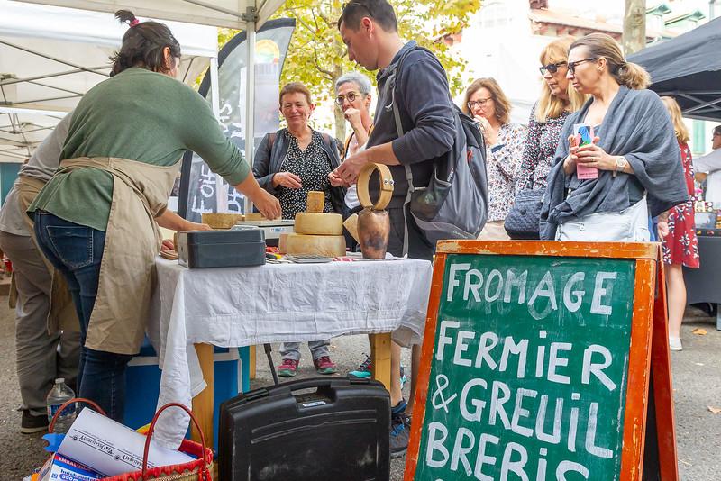 Saint-Jean-de-Luz donne rendez-vous aux amateurs de fromage et de gastronomie dimanche 27 octobre 2019 aux Halles pour un marché complice à l'occasion de la descente des estives. Un marché complice, c'est la rencontre entre le public et les producteurs, artisans et restaurateurs qui partagent l'amour des produits de qualité et la volonté de s'approvisionner en circuits courts.