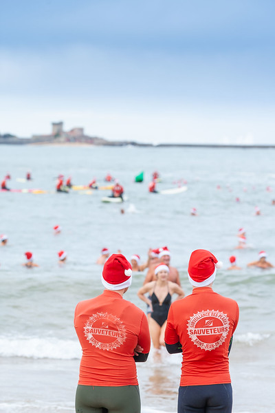 Grand bain de Noël de Saint-Jean-de-Luz s devant l'antenne d'animation de la grande plage. Pour cette occasion, des bonnets de Père Noël seront distribués aux participants. Pour la sécurité de chacun, l'événement sera surveillé par des sauveteurs municipaux.