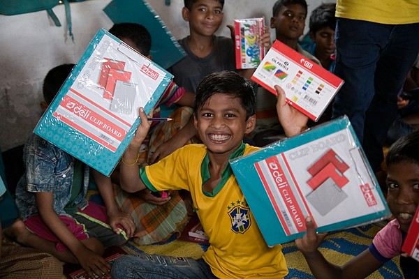 UNICEF-RR-0062-0068  Rohingya children in Bornomala Child Learning Centre, Mukti Cox's Bazar, Kutupalang Registered Camp-2W, block D-3W, Ukhiya, Cox's Bazar are happy to receive art materials and showing it with smiles.    Kutupalang Registered Camp-2W, block D-3W, Ukhiya, Cox's Bazar Photo: b.a.sujaN / UNICEF / Map