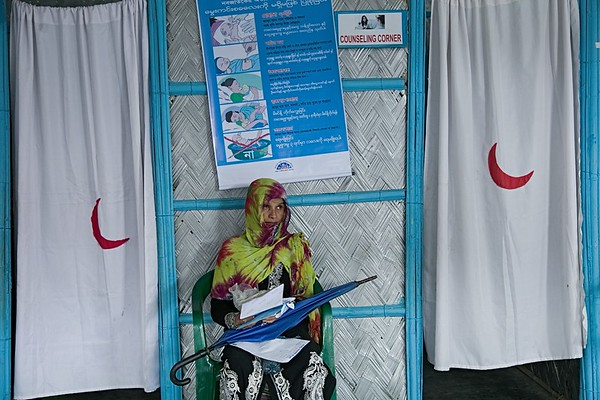 UNICEF-0709-0710  A women patient is waiting outside the PHD Health Post for treatment in Kutupalong-1, PP-15. Kutupalong, UKHIA, Cox's Bazar.   Photo:b.a. sujaN / UNICEF / Map
