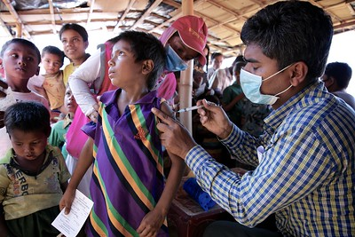 0001-0014-UNICEF-sujaN-Map-21-12-2017  Rohingya refugee children, between 6 weeks and 6 years of age, are given diphtheria vaccines at Bormapara in Bangladesh's Cox's Bazar district as part of UNICEF's effort to protect them from preventable diseases.       Photo: UNICEF/b.a.sujaN/ Map