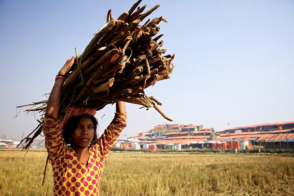 0059-0065 Sabiha Carrying firewood to home. Date- 20-12-2017 Photo: UNICEF / b.a.sujaN / Map