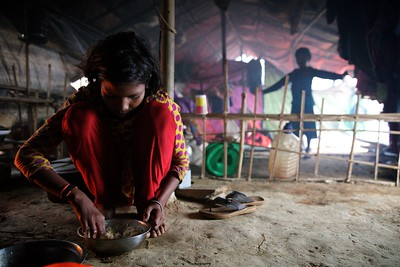 0066-0067 Sabiha Having Breakfast before leaving for firewood. Date- 20-12-2017 Photo: UNICEF / b.a.sujaN / Map