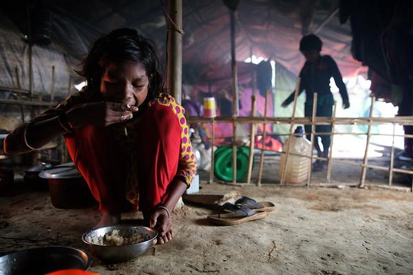0066-0067 Sabiha Having Breakfast before leaving for firewood. Date- 20-12-2017 Photo: UNICEF / b.a.sujaN / Map