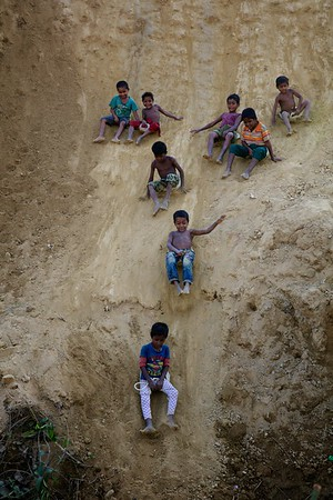 0450-0461  Children play with plastic bottles at a makeshift settlement for Rohingya refugees at Ukhia, Cox's Bazar, Bangladesh.   Photo: UNICEF / b.a.sujaN / Map