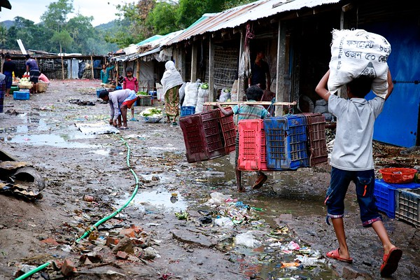 0538-0545  Enayet Ullah, an 8-year-old Rohingya refugee, makes money carrying empty crates for vegetables sold at Leda makeshift camp in Teknaf, Cox's Bazar, Bangladesh.   Date:-31-12-2017  Photo: UNICEF / b.a.sujaN / Map