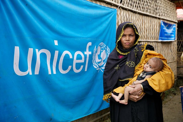 0560-0561  A Rohingya refugee mother arrives at an OTP center at Unchiprang makeshift settlement in Teknaf, Cox's Bazar, Bangladesh.    Photo: UNICEF/b.a.sujaN/ Map