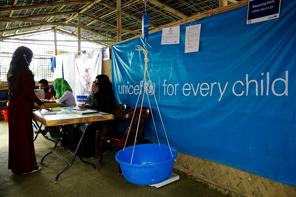 0559  Inside a nutrition centre at Unchiprang makeshift settlement for Rohingya refugees in Teknaf, Cox's Bazar, Bangladesh.    Photo: UNICEF/b.a.sujaN/ Map